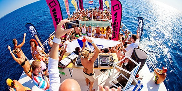 This image has an empty alt attribute; its file name is yacht-rental-company-in-Dubai.jpg